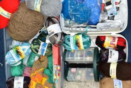 A BOX AND LOOSE WOOLS, YARNS, PATTERNS, SEWING THREADS, ETC, to include assorted knitting needles,