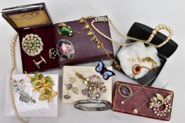A SMALL QUANTITY OF COSTUME JEWELLERY, to include an imitation pearl strand necklace, brooches,