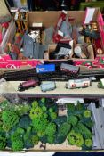 A QUANTITY OF BOXED AND UNBOXED 00 GAUGE MODEL RAILWAY ITEMS, to include boxed Airfix GMR Castle