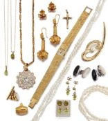 A group of jewellery and costume jewellery, comprising: two pairs of peridot single stone
