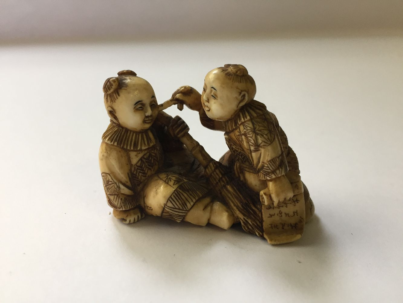 A collection of eleven ivory and horn Japanese netsuke, 19th century, to include a large netsuke - Image 17 of 33