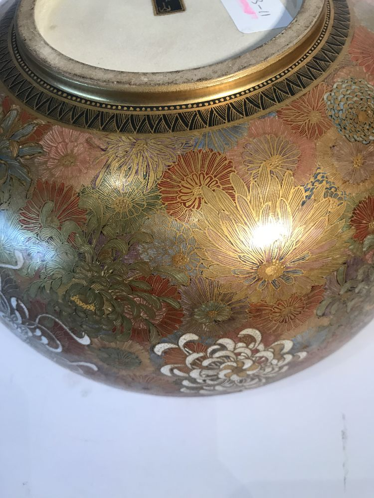A Japanese Satsuma chrysanthemum bowl, Meiji period, decorated in gold, red, blue, green and - Image 10 of 12