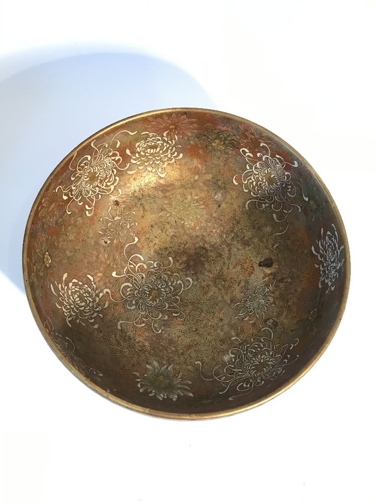 A Japanese Satsuma chrysanthemum bowl, Meiji period, decorated in gold, red, blue, green and - Image 5 of 12