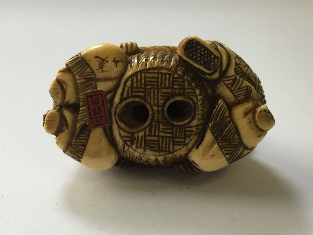 A collection of eleven ivory and horn Japanese netsuke, 19th century, to include a large netsuke - Image 26 of 33