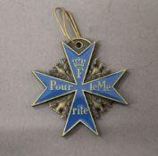 An enamel decorated medallion. 5 cm high.
