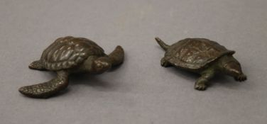Two bronze models of turtles. The largest 5 cm long.