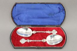 Two silver spoons, import hallmark for Chester 1910, cased. 19 cm long. 3.5 troy ounces.
