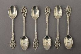 A cased set of silver teaspoons. 2.5 troy ounces.
