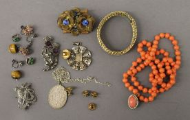 A quantity of miscellaneous vintage jewellery