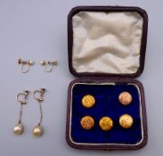 Two 9 ct gold studs (2.