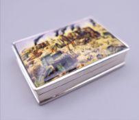 A silver snuff box depicting a war scene. 4.5 cm wide.