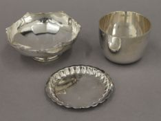 A silver pin tray, a silver footed dish and a silver cup. The latter 5.5 cm high. 7.5 troy ounces.