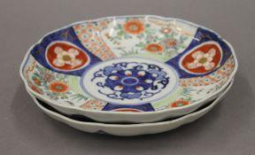 Two Japanese Imari dishes. Each 21.5 cm diameter.
