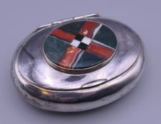 A silver snuff box set with agate roundel. 9 cm wide. 98.5 grammes total weight.