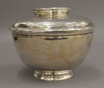A silver lidded bowl. Approximately 10.5 cm high. 16.8 troy ounces.