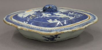 An 18th/19th century Chinese Export lidded tureen. 26.5 cm wide.