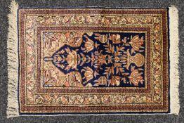 A small silk prayer rug. 60 x 41 cm.