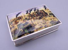 A silver snuff box depicting a battle scene. 4.5 cm wide.