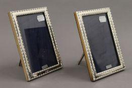 A pair of silver photograph frames. 12 x 17.5 cm.
