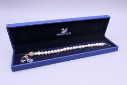 A 925 silver and baroque pearl bracelet. 21 cm long.