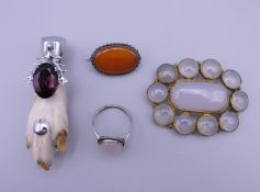 A small quantity of jewellery.