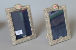 A pair of silver photograph frames. 13.5 x 19 cm.