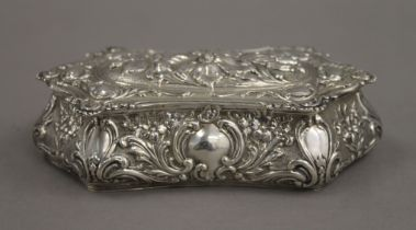 An embossed silver box. 14 cm wide. 104.2 grammes.