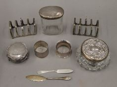 A small quantity of silver and silver mounted items. 298.1 grammes of weighable silver.