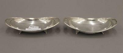 A pair of silver dishes. 13.5 cm wide. 4.5 troy ounces.