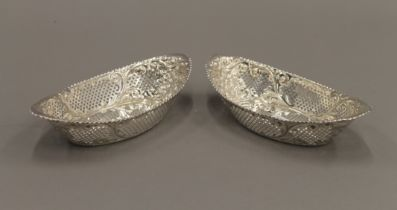 A pair of silver navette dishes. Each 18.5 cm long. 8.6 troy ounces.
