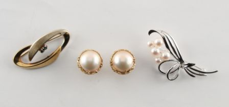 A pair of 14ct yellow gold mabe pearl earrings, with clip & post fastenings, each approximately 15mm