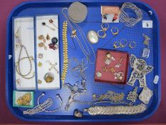 A Mixed Lot of Assorted Costume Jewellery, including assorted rings, novelty hot air balloon pendant
