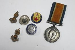 A WWI War Medal to 123315 Gnr H.C. Gundill, RA, plus two RA badges, among other items.