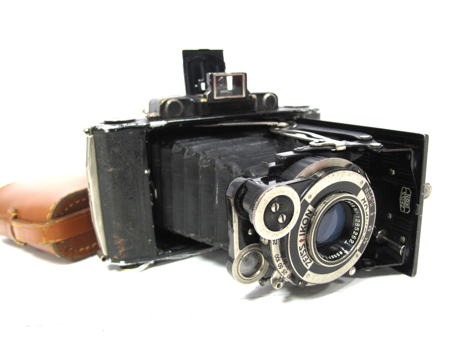 Zeiss Ikon Super Ikonta, in brown leather case.