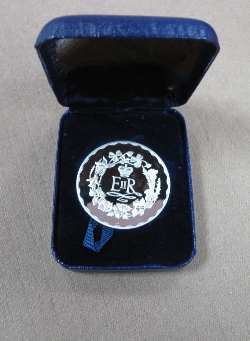 A 1977 Silver Jubilee Commemorative Medal in Sterling Silver, by John Pinches Ltd, cased.