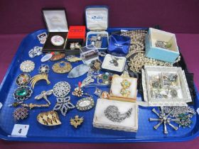A Mixed Lot of Assorted Costume Jewellery, including Wedgwood Jasperware necklace, assorted brooches