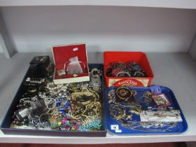 A Mixed Lot of Assorted Costume Jewellery, including gilt coloured earrings, necklace, etc; assorted