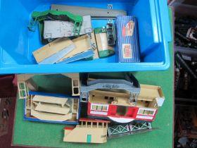 A quantity of Hornby Dublo D1 Items, through station, signal box's, footbridge's etc, playworn (8)