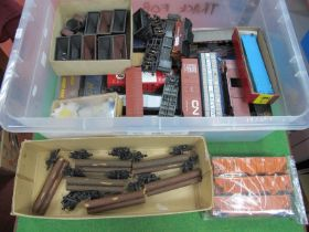 Forty Plus Items of Unboxed 'HO' Gauge U.S.A Outline Rolling Stock, carboose, box vans, ore