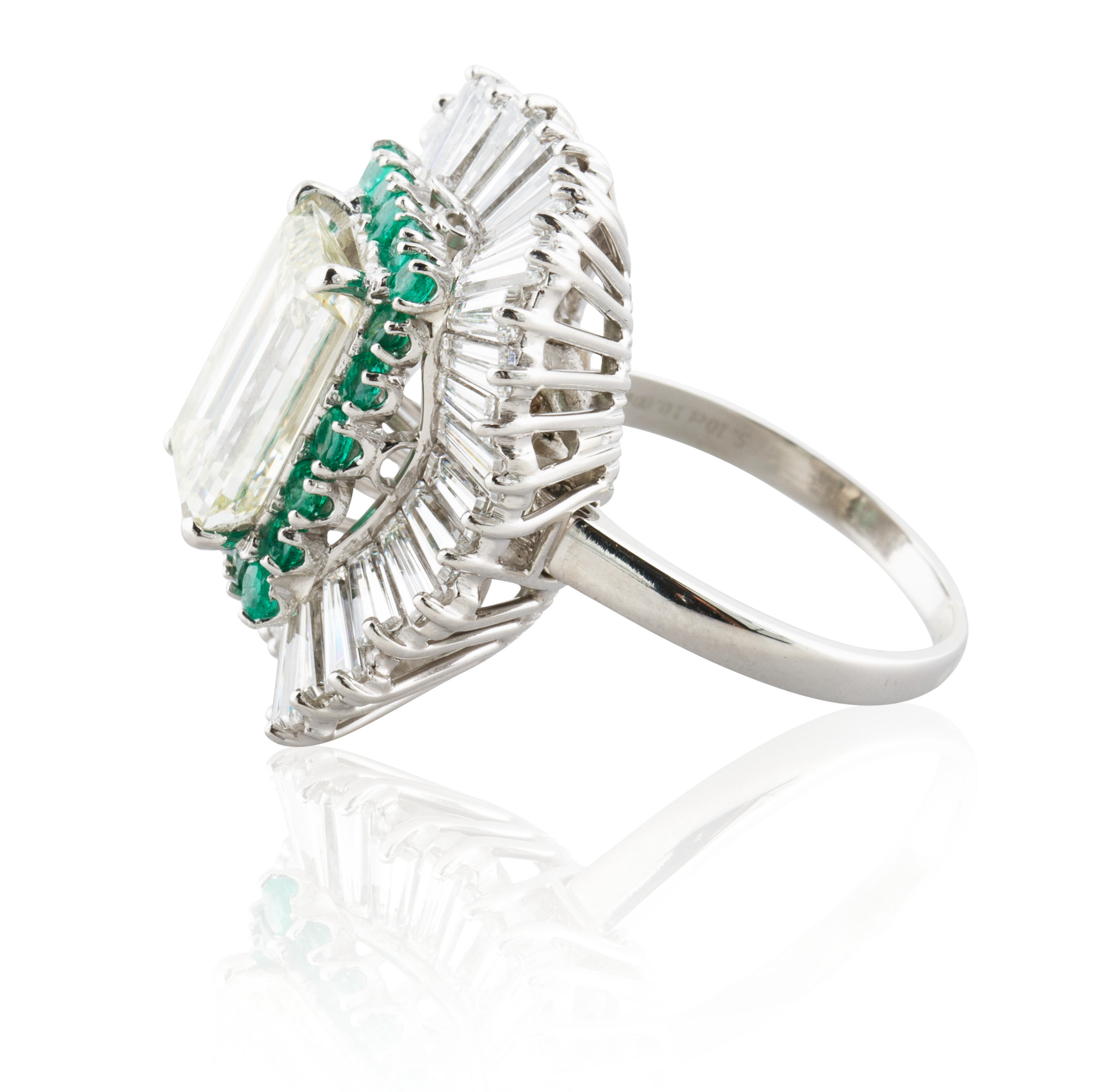 A 5.03 KT EMERALD CUT DIAMOND RING IN A BALLERINA SETTING - Image 2 of 7
