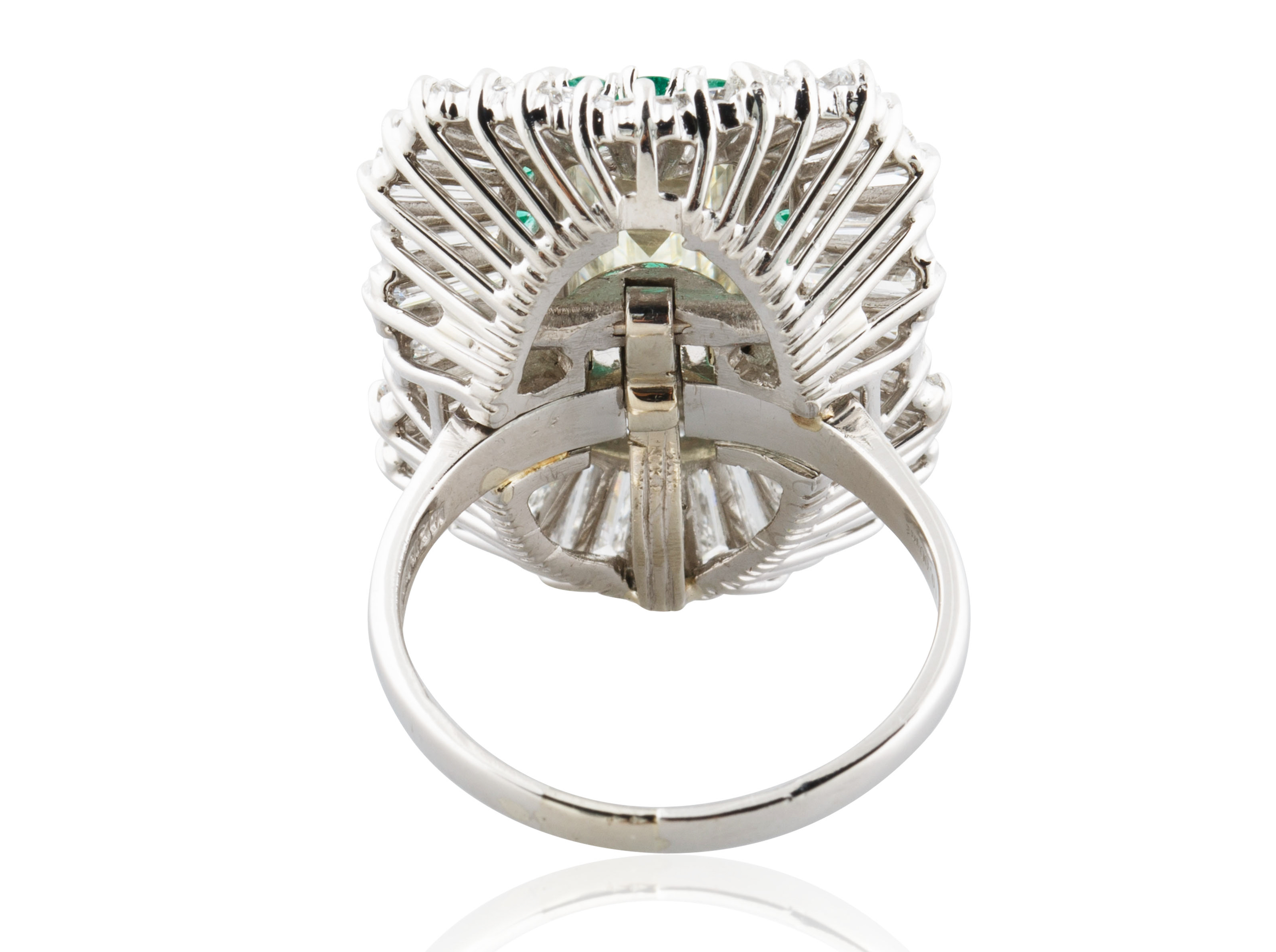 A 5.03 KT EMERALD CUT DIAMOND RING IN A BALLERINA SETTING - Image 3 of 7