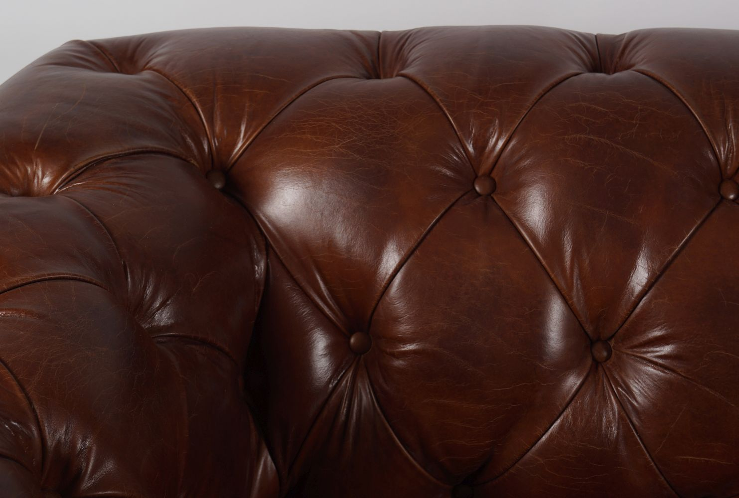 DEEP BUTTONED LEATHER CHESTERFIELD SETTEE - Image 4 of 4