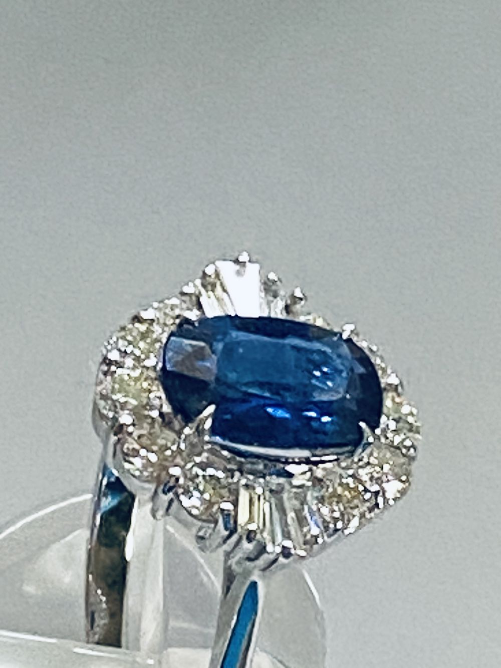 ART DECO DIAMOND AND CEYLON SAPPHIRE CLUSTER RING - Image 5 of 7