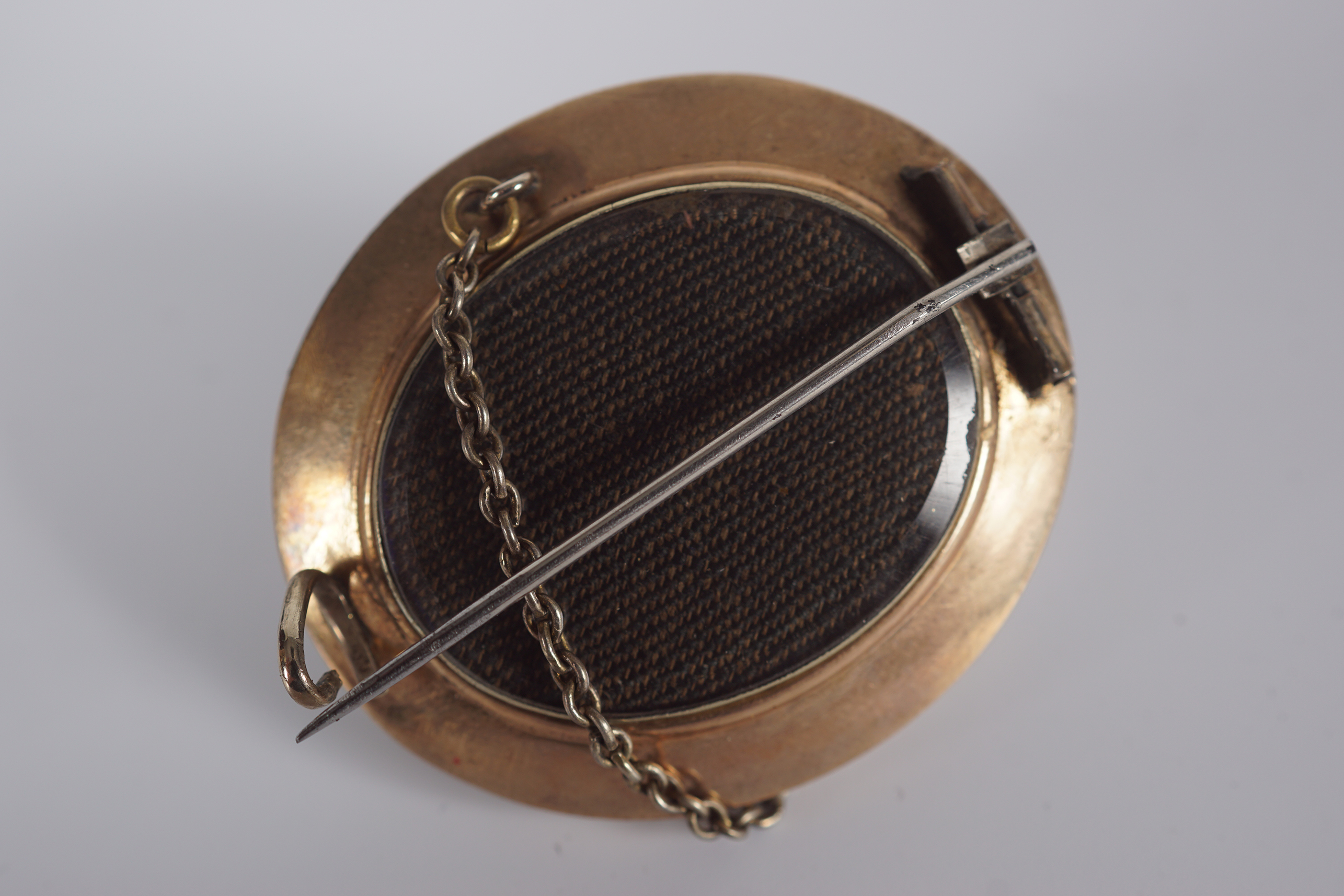 ANTIQUE GOLD AND ENAMEL MOURNING BROOCH - Image 2 of 3