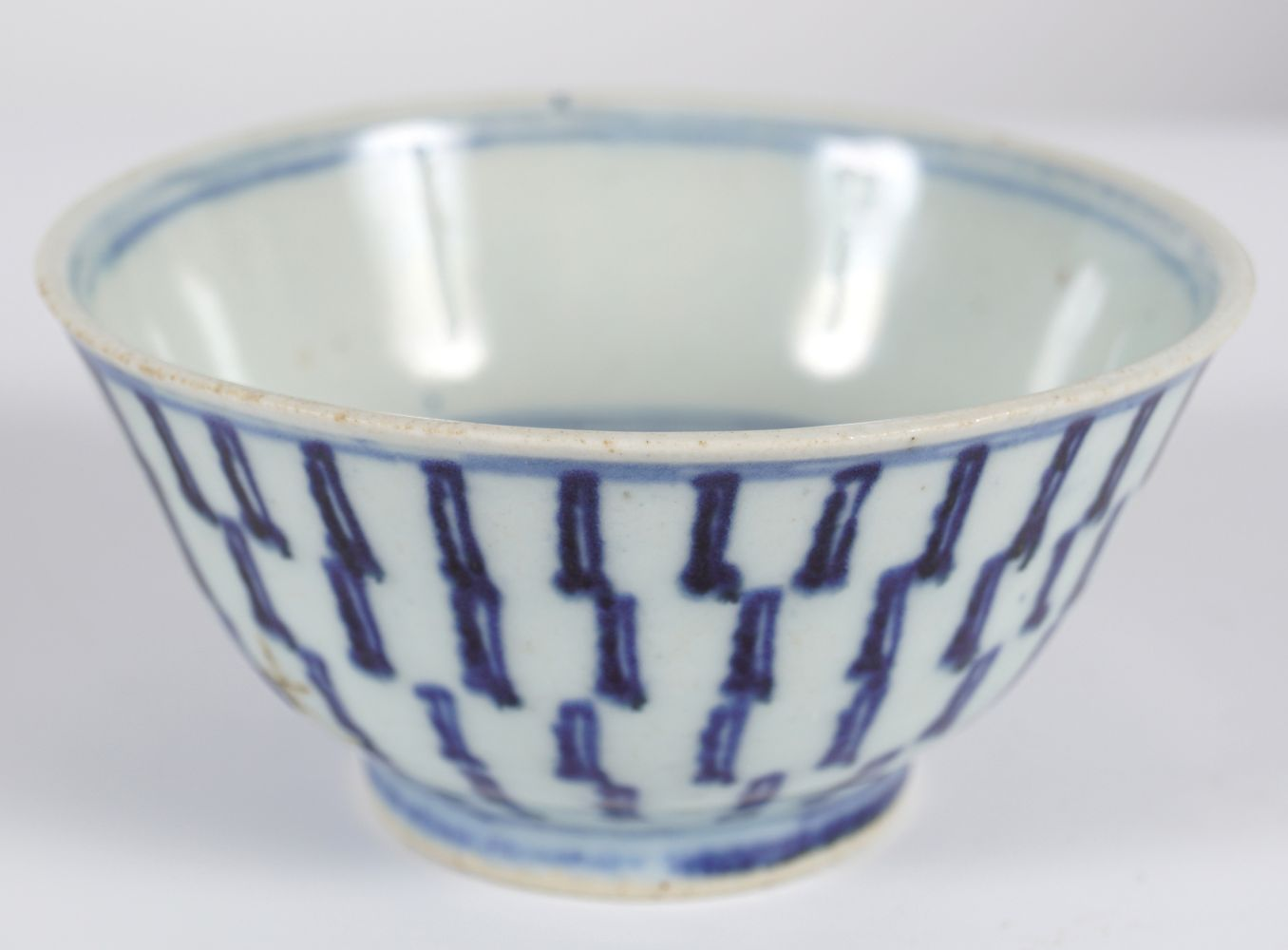 18TH-CENTURY BLUE AND WHITE BOWL