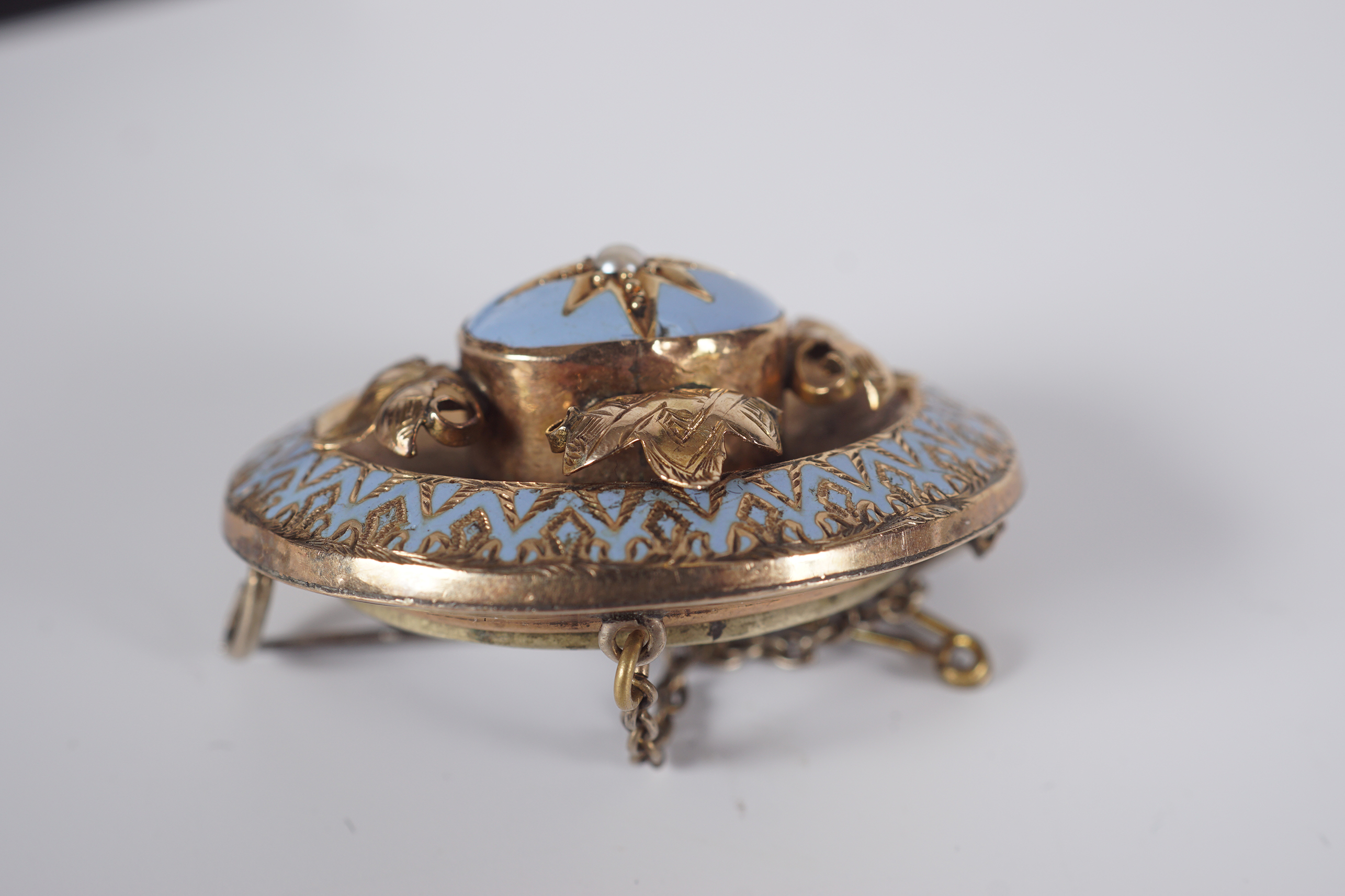 ANTIQUE GOLD AND ENAMEL MOURNING BROOCH - Image 3 of 3