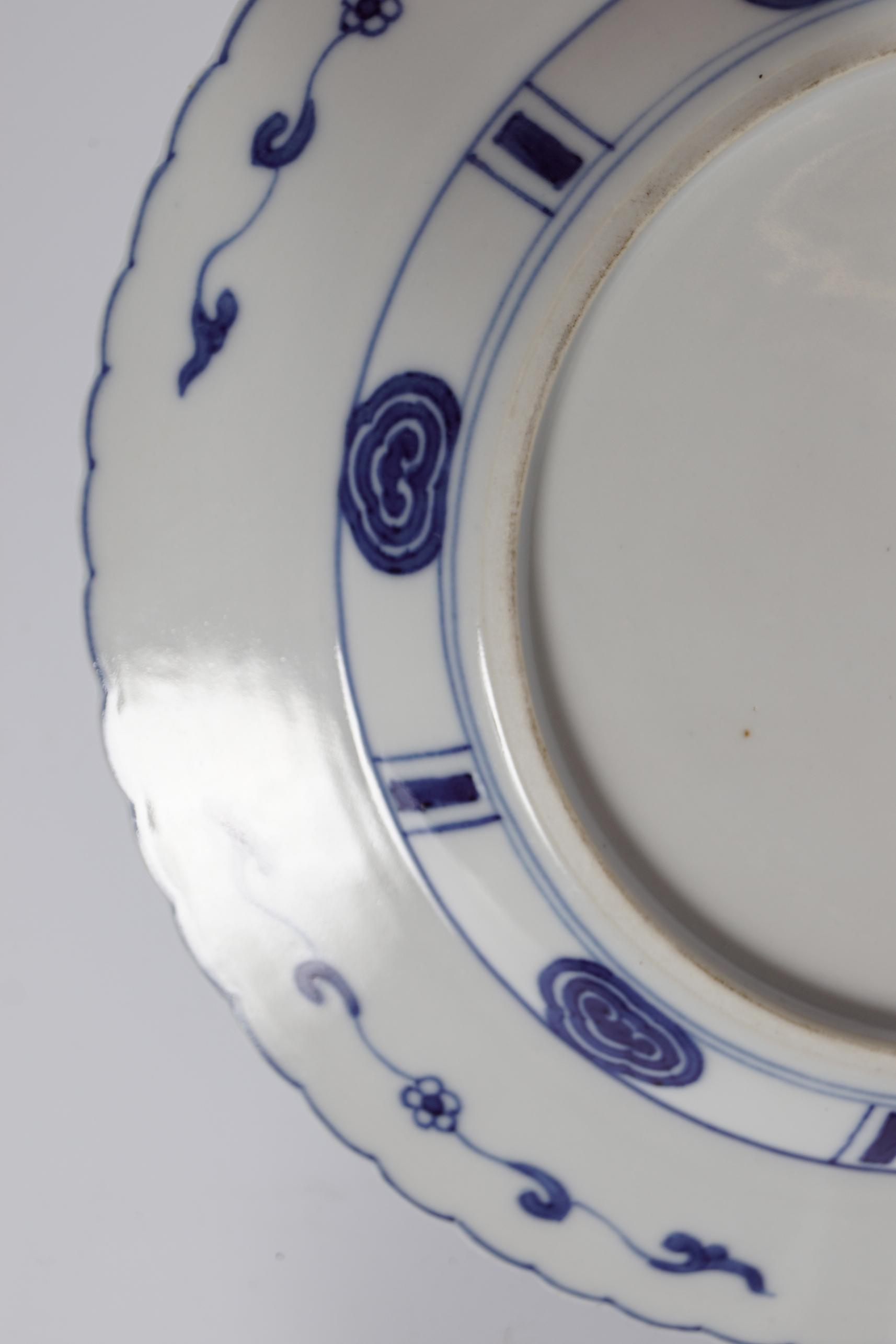 CHINESE SCALLOP RIMMED BLUE AND WHTIE PLATE - Image 3 of 4
