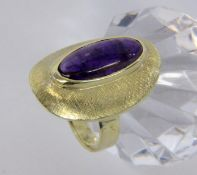 A LADIES RING 585/000 yellow gold with amethyst. Ring size 57, gross weight approximately
