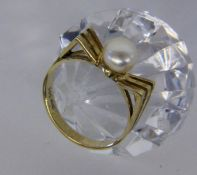 A LADIES RING 585/000 yellow gold with pearl. Ring size 58, gross weight approximately 4.1