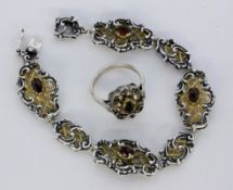 ARMBAND UND DAMENRINGSilber, teils vergoldet mit Granaten. L.18,5cm, Ringgr. 59A BRACELET AND